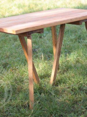 drewniany stół historyczny obozowy